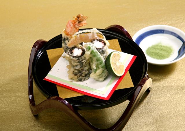 海老に十六島海苔を巻き、天ぷらにしました。